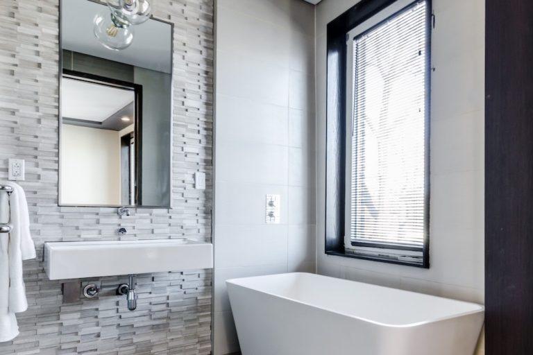 salle-de-bains-hall-de-l-habitat-renovation-maison-boutique-fenetres-interieur-pornichet-labaule-le-pouliguen-guerande-1