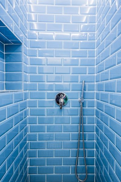 salle-de-bain-bleu-baignoire-carrelage-hall-de-l-habitat-renovation-maison-boutique-fenetres-interieur-pornichet-labaule-le-pouliguen-guerande